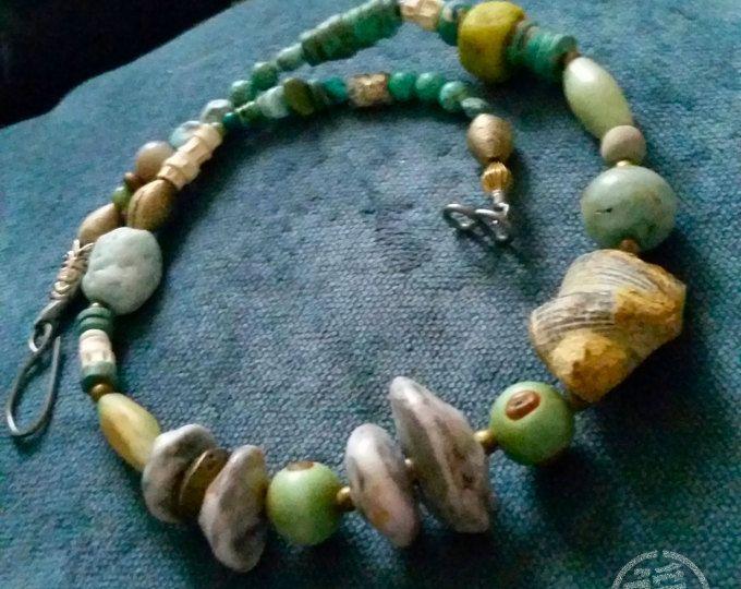 Talisman voor de stedelijke vrouw - OOAK oude kralen, keramische en fossiele ketting