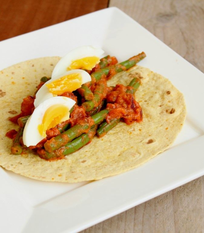 Dit is eigenlijk een variatie op de vegetarische curry met ei. Maar dan wrap met curry, sperziebonen en een gekook eitje! :D