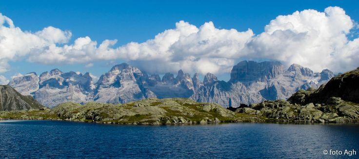 Il Lago Nero di Cornisello, una vista spettacolare del Brenta Occidentale visto, a circa un'ora dal rifugio Cornisello che si può raggiungere in macchina per strada forestale. Paesaggi indimenticabili salendo alla impegnativa Cima Cornisello ● http://girovagandoinmontagna.com/gim/adamello-presanella/(presanella)-ravanata-a-cima-cornisello-m-3158/msg81170/#msg81170