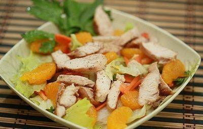 Рецепты яркого и ароматного салата с курицей и мандаринами. Предлагаем варианты приготовления с китайским соусом и с заправкой из йогурта.