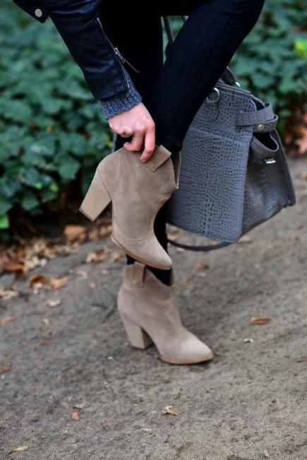 Every girl needs a pair of tan suede booties for everyday wear. Make sure to invest in ones with a small block heel for optimal comfort. #fall #style