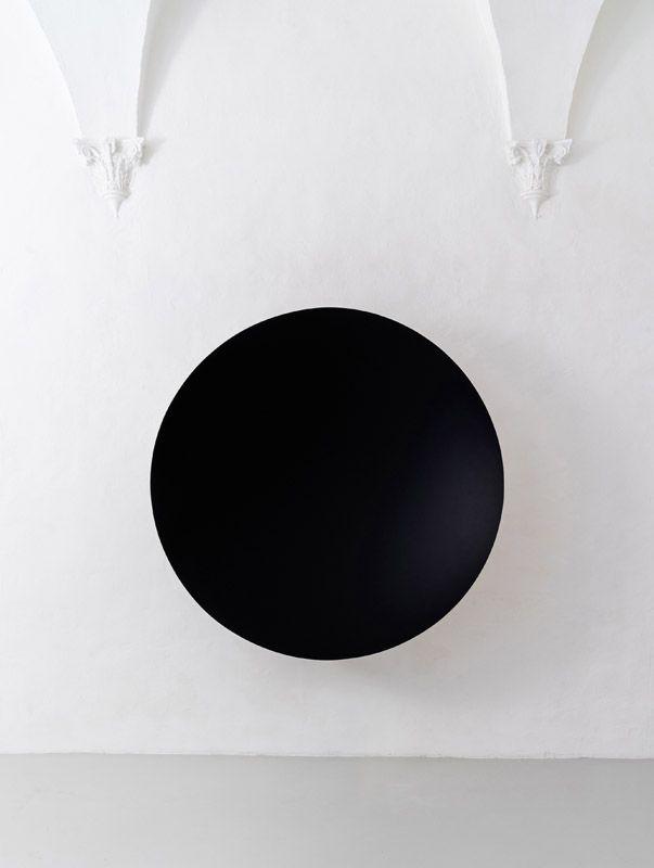 Anish Kapoor, Monochrome (Black / Cobalt Blue), 2015, Fibreglass and paint, 187 x 187 x 40 cm. Galleria Continua San Gimignano, 2015. Photo by Ela Bialkowska.