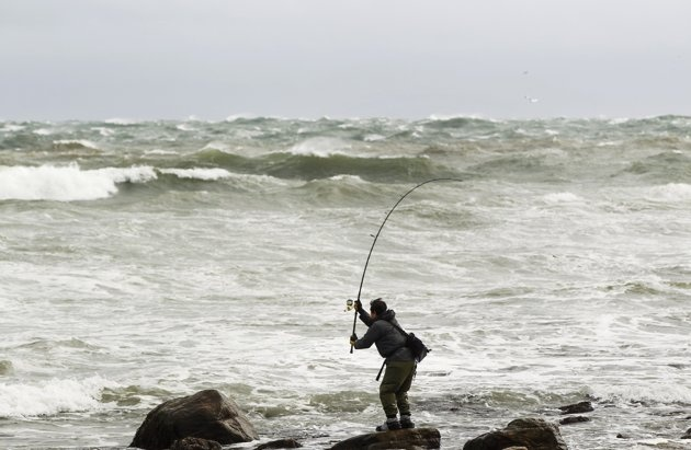 Сумасшедший рыбак борится с сомом в шторм