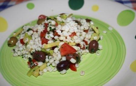 Un piatto estivo fresco e leggero: l'insalata fredda di orzo