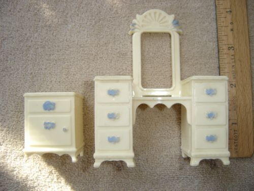 Vtg-Ideal-Dollhouse-Lot-2-pce-Flaws-Bedroom-Blue-Accents-Ivory-Nightstand-Vanity