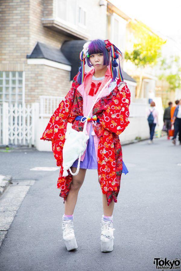 CEWEK HARAJUKU KAWAII DENGAN REMAKE KIMONO W / PURPLE TWIN TAIL, PELANGI, AKSESORIS LUCU & PLATFORM | ARTFORIA.COM  Berita Fashion Jepang – Karinpoco adalah seorang mahasiswa mode 20 tahun yang kami temui di Harajuku. Dia dengan mudah menarik perhatian kita dengan rambut ungunya dengan ekor kembar dan gaya jalanan dengan kawaii berwarna-warni.  karinpoco berambut ungu dengan kemeja warna merah jambu, rok lipit ungu, mantel kimono remake ceri, kaus kaki pink dan ungu, sepatu platform putih…