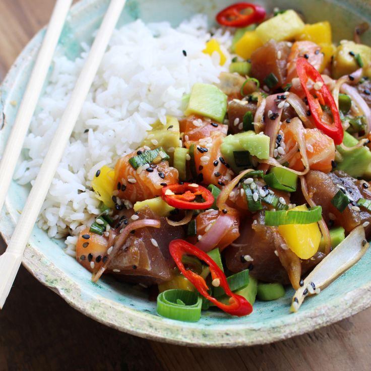 Poke-Bowl is een gerecht afkomstig uit de Hawaïaanse keuken. De Poke-Bowl is een gerecht met gemarineerde vis en groenten boven een portie rijst. Op smaak wordt hij gebracht met de Gaji Namul dressing bestaande uit soja, sesamolie, koriander, bosui en sesam. Leer jij graag exotische gerechten kennen? Dan is dit je kans! Benodigdheden Tonijn 80 gram Zalm 80 gram Avocado 20 gram Mango 20 gram Basmatirijst 40 gram Bosui 5 gram Koriander 2 gram Rode