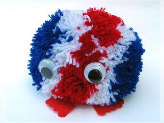 Benodigdheden: - Rode, witte en blauwe wol - Draad - Rood vilt - Wiebelogen 25 mm - Dik karton - Textiellijm Met een pomponmaker maak je heel gemakkelijk pompons: http://credu.nl/product/pomponmaker-4-stuks/