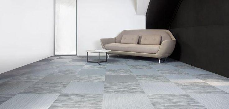 Světle šedá podlaha ze čtverců tkaného vinylu, podlahy BOCA. / Light grey floor from the woven vinyl tiles.
