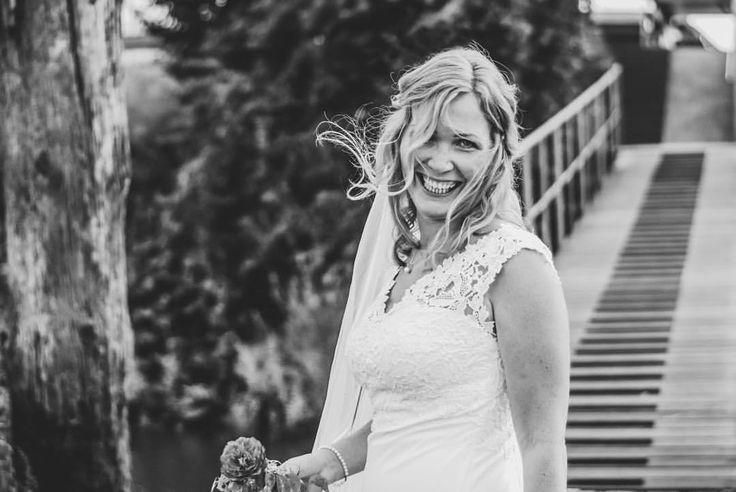 Wenn du Braut vor Glück strahlt… ❤️ #herecomesthebride #beautifulsmile #weddingday #weddingphotography (hier: Finkenwerder, Hamburg, Germany)