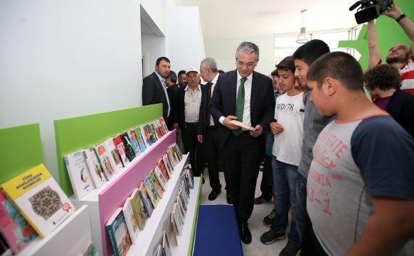 Beş bin kitaplık okuma odalarının yanı sıra, oyun, müzik ve resim atölyelerinin de yer aldığı İzmir'in en modern kütüphanesi, muhteşem bir törenle açıldı.