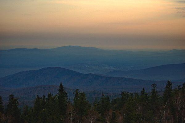 Каждый златоустовец может встретить рассвет в фантастическом месте, на Черной скале. Для этого надо встать пораньше и пройти или проехать (что более предпочтительнее) 6 км в сторону поселка Магнитка.: Рассвет на Черной скале | НАШ УРАЛ