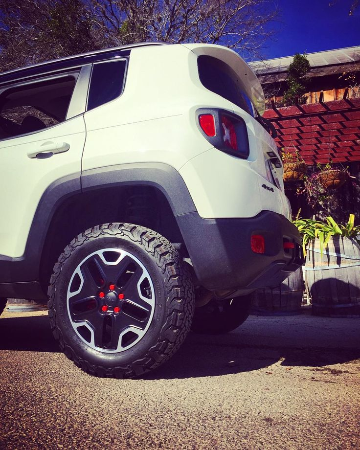 "@daystarproducts 1.5"" lift @bfgoodrichtires 225/65/R17 KO2s on stock wheels. No…"