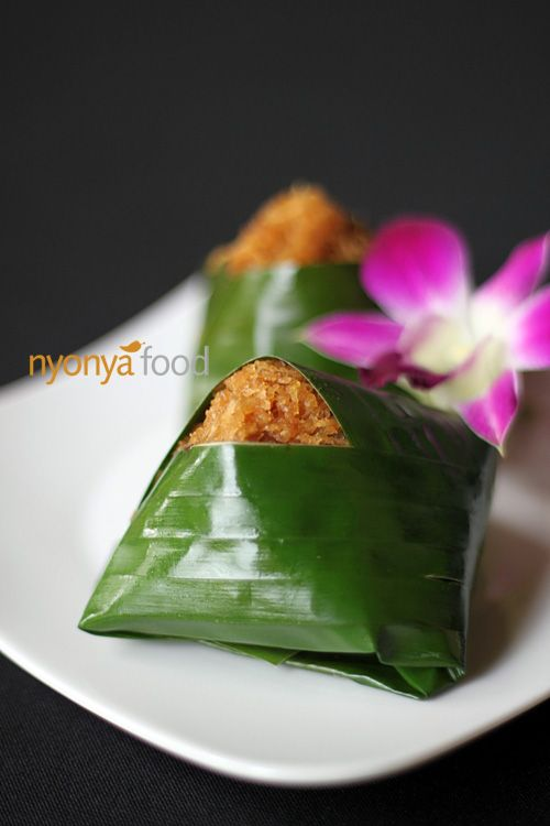 Pulut Inti is a popular sweet Nyonya Kuih. It is made of steamed glutinous rice with coconut milk and eaten with coconut filling.