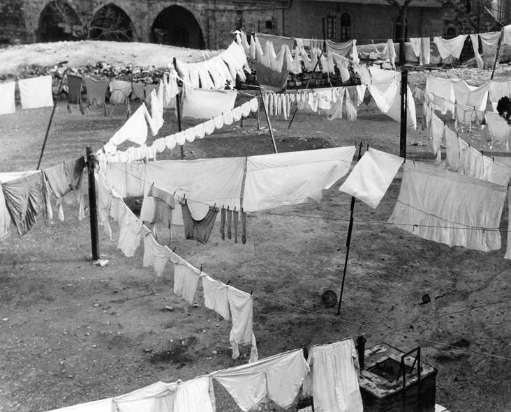 Zum Trocknen aufgehängte Wäsche in einem Hof in Jerusalem 1933