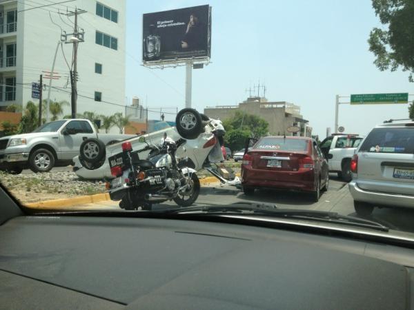 Choque en el puente de circunvalación y Ávila Camacho trafico muy cargado  23/05/2012