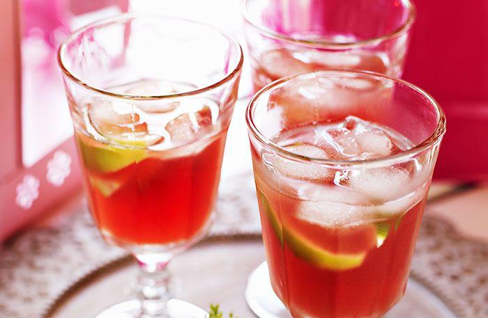 Recept på Rabarber Cosmopolitan. En klassisk Cosmopolitan är gjord på tranbärsjuice. Här är det sötsyrlig rabarbersaft istället. En hit!