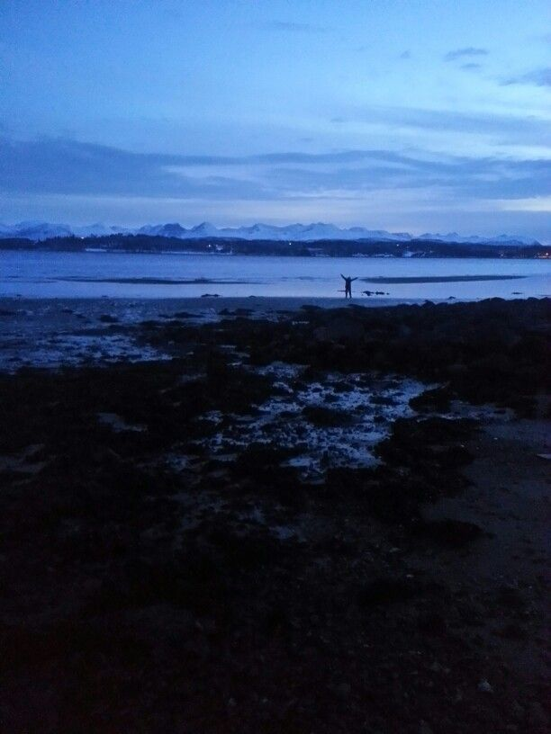 Linn Mari i stranda vår en vakker vinterdag