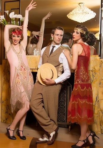 Девушки и парень в одежде Америки 20-х годов