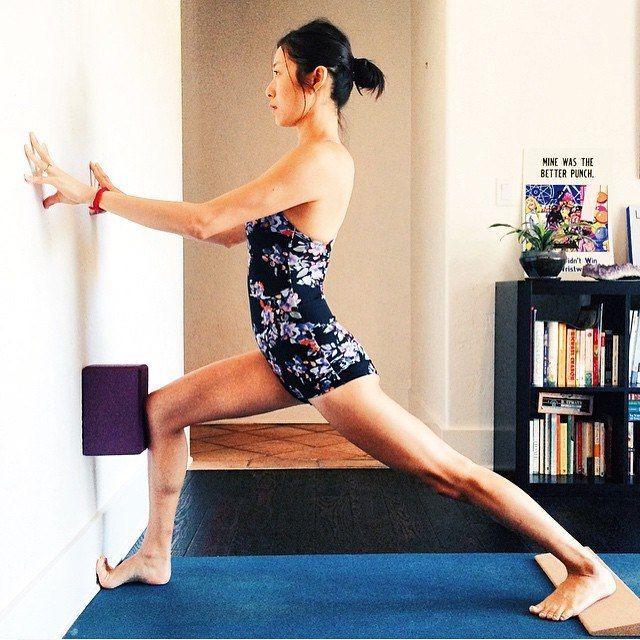 Les 37 meilleures images du tableau virabhadrasana 1 sur for Chaise yoga iyengar