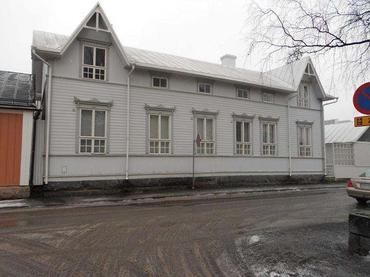 Ryhdikäs talo, kauniine ikkunoineen - Kokkola, Suomi