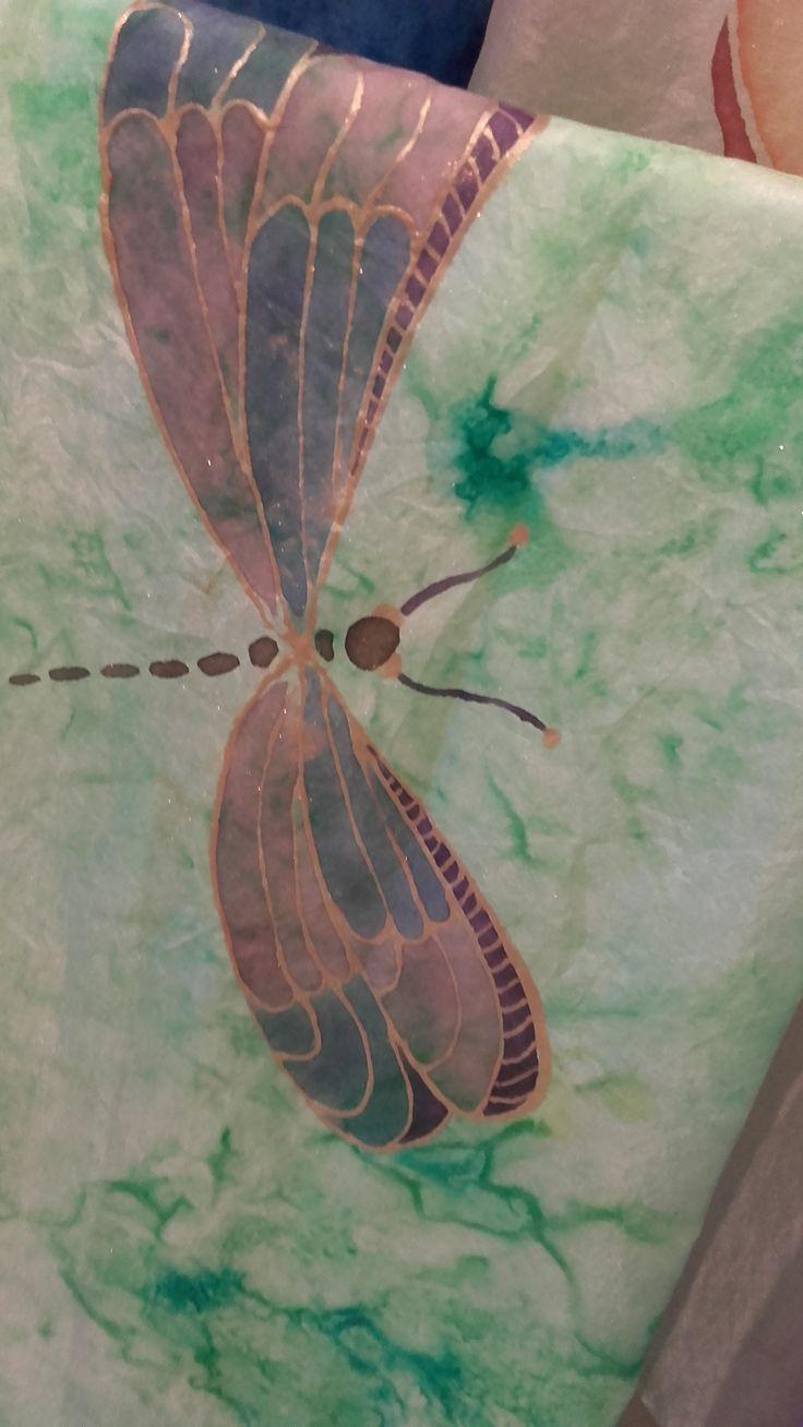 Libélula pintada a mano en fular de seda #laiateroljulian #fular #seda #pintadoamano #libélula #handmade #original #espaiartesans #vilassardemar