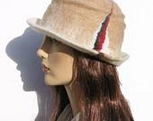 FeltgOOOd verkoopt prachtige hoeden en mutsen van vilt. Alle items zijn handgemaakt en zijn er in verschillende modellen en kleuren. De maakster van de hoeden en mutsen is de Franse Hélène Leriche.