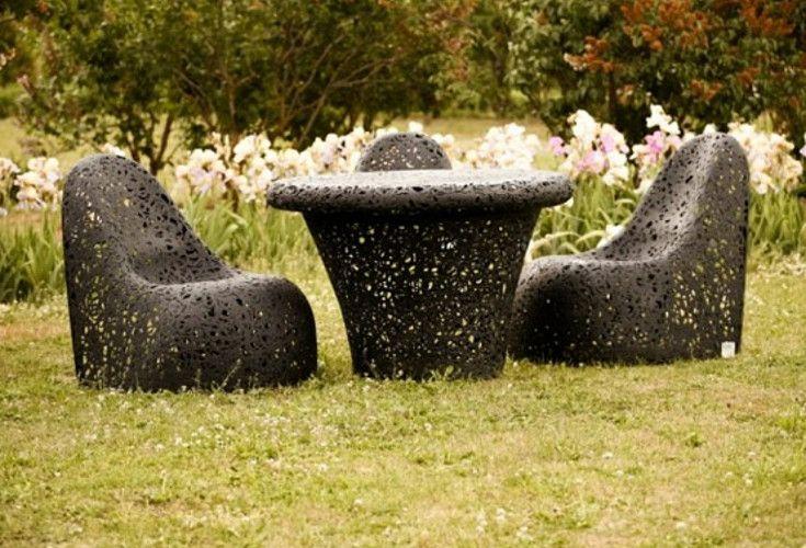 Stół Mono Table oraz fotele Ego. Meble do ogrodu, które zostały wykonane z lawy wulkanicznej, dzięki czemu są odporne na każdą temperaturę