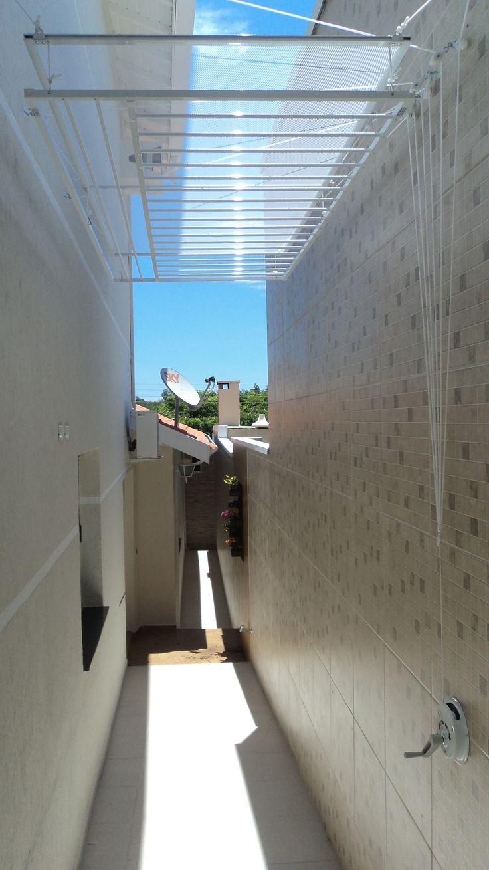 Foi ousado: o varal, para ser instalado no teto, foi totalmente instalado nas paredes. Esse varal tem 0,80 x 1,80m com varetas invertidas e 2 varetas para roupas de cama. Sobre ele, uma tela seca malha. Conjunto com 8 rolamentos (de agulha) e manivela em alumínio.