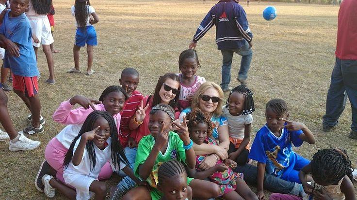 2014 - Conoce la labor de nuestras voluntarias y su estancia en un campamento con los más pequeños. http://estrechandolazostds.wordpress.com/2014/08/08/colonie-de-vacances/