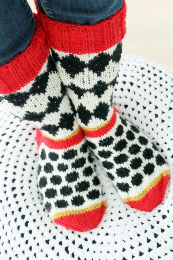 Piipadoo-blogin salmiakinmakuisissa sukissa on perinteisen salmiakkikuvion lisäksi myös pyöreitä Super Salmiakkeja- nam! Osallistu #karkkineule-kisaan 3.11. mennessä. http://www.novita.fi/pysy_ajassa/?cms_cid=96812