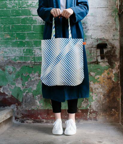 Laura Spring Tote Bag - Distort - Blue