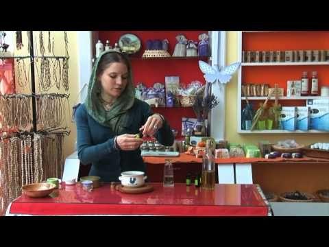 Méhviaszos- olívaolajos kézkrém és ajakír készítés Krisna-völgyben - YouTube