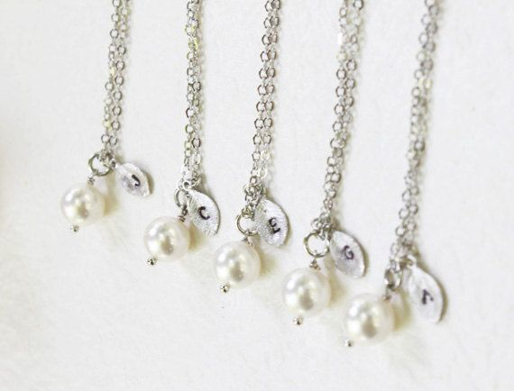 Bridesmaid Gift Set- Set of 4, 5, 6, 7 Pearl with personalized initial silver leaf Necklace - S2313-5 op Etsy, 39,25€