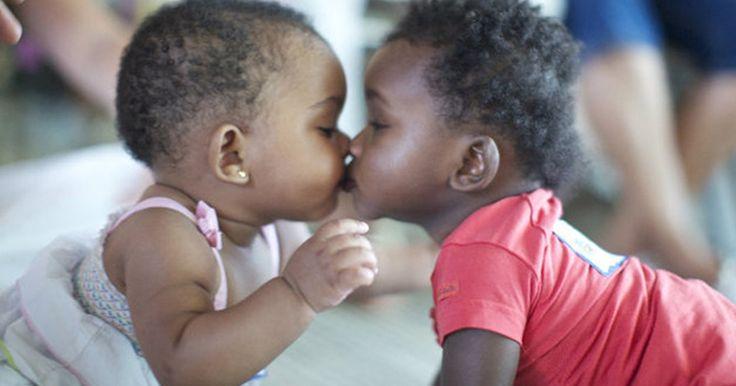 Procura-se doadores de afago a bebês ou pessoas que queiram dedicar um pouco de seu tempo às crianças que aguardam adoção ou que foram temporariamente distanciadas de seus pais.