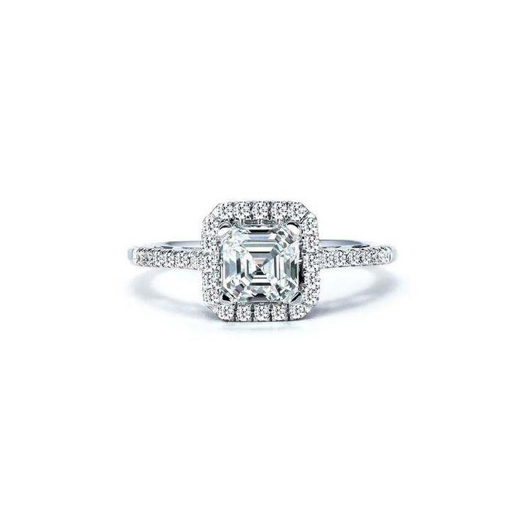 Royal Asscher cortó el anillo de compromiso del diamante en oro blanco con un halo del diamante rodean.  También disponible en platino y oro amarillo.