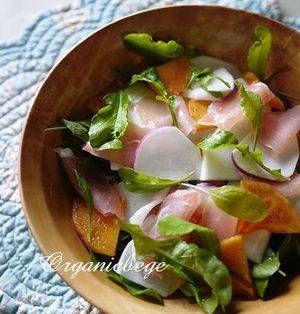秋の代表的な果物のひとつである「柿」。柿に含まれているビタミンCはみかんの2倍以上あるともいわれています。少しずつ寒くなってくるこの季節、風邪の予防や免疫力アップにおすすめのフルーツです。そのままいただくのも美味しいですが、切り刻んでサラダにすると彩りも増していろいろな味を楽しめますよ♪ ■ルッコラと柿と生ハムのサラダ  ルッコラのサラダ 蕪・柿・生ハムとおまけby まーたんさん たっぷりのルッコ