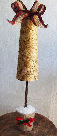 Arvore rustica de natal para decoração de mesas.  Corda de sisal e fitas natalinas  produto 100% feito à mão. R$ 17,00