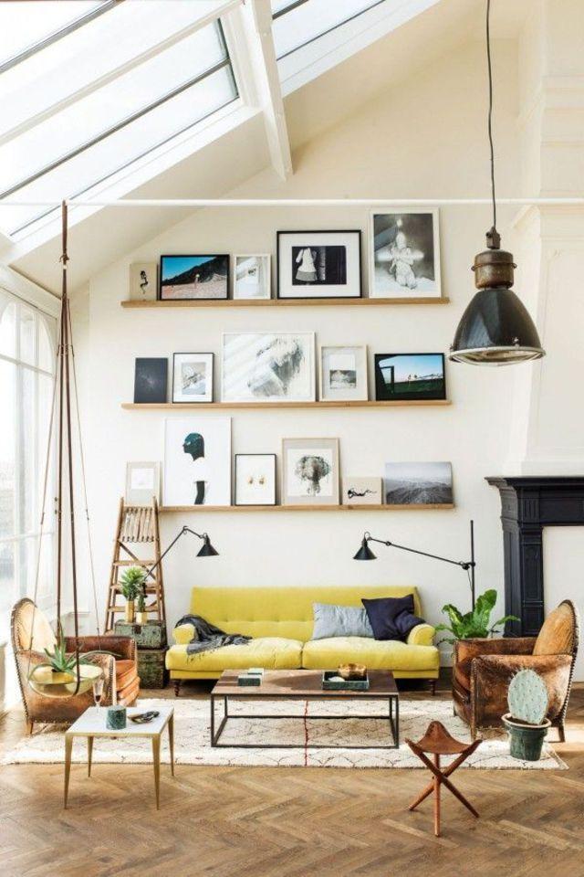 Un salon design et contemporain avec des cadres en guise de déco.