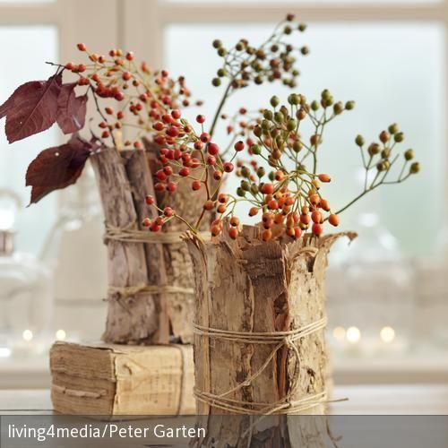 hagebuttenzweige in vasen mit baumrinde umwickelt rinde pinterest baumrinde hagebutte und. Black Bedroom Furniture Sets. Home Design Ideas