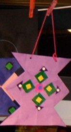 Lampion vouwen d.m.v. 16 vierkantjes vouwen en daarna m.b.v. plakfiguren een symmetrisch figuur plakken.
