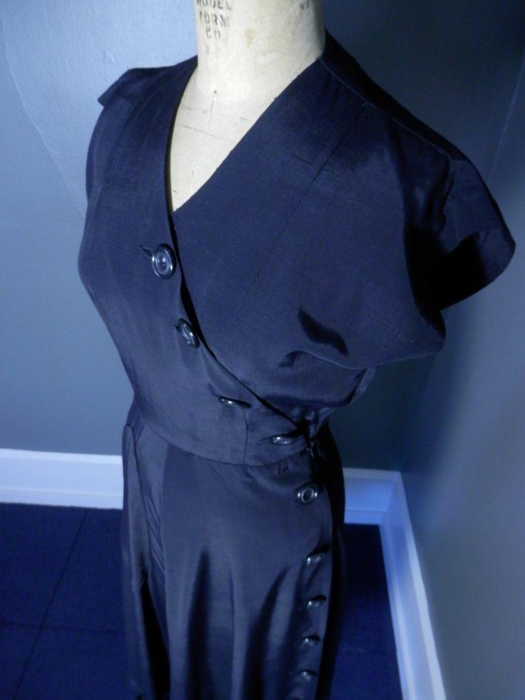 1940s asimmetrico Art Deco Rayon nero vestito disco pulsanti fluido drappeggio Cap maniche Cross-Over di 1937DryGoods su Etsy https://www.etsy.com/it/listing/212823917/1940s-asimmetrico-art-deco-rayon-nero