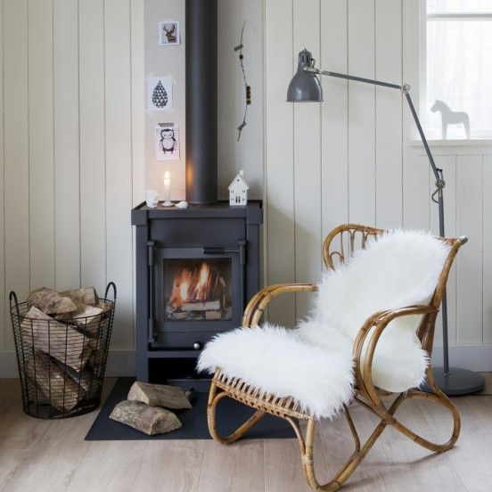 Living room, fireplace, chair with sheepskin, planked walls, hardwood floor //Heerlijke houtkachel