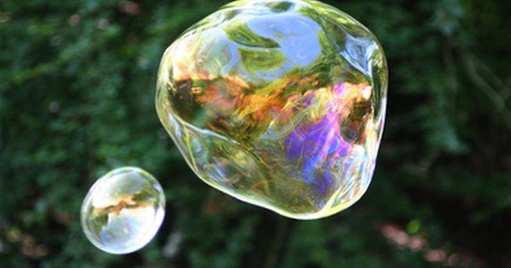 ¿Cómo hacer un burbujero gigante?. Hacer miles de burbujas con una botella de mezcla para burbujas y un pequeño burbujero es muy divertido para grandes y chicos. Pero hacer burbujas gigantes es completamente emocionante y garantiza brindar horas de diversión al aire libre y muchas risas. Podrás hacer un burbujero casero y una solución de burbujas de manera muy simple con algunos ...