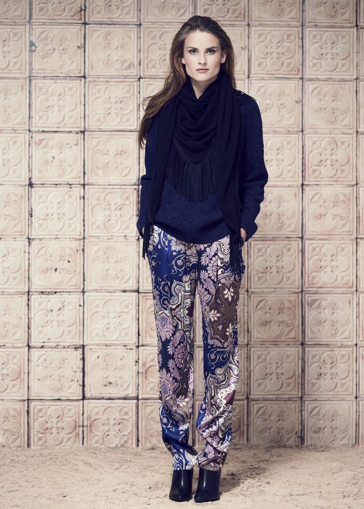 SWEATER · 920715 · Vanessa · Navy // PANTS · 940715 · Vica · Paisley Pink // SCARF · 210715 · Claudia · Black