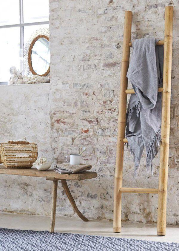 Si vous bénéficiez d'une grande salle de bains, n'hésitez pas à y ajoutez un banc en bois, naturel de préférence. Vos soins beauté vous seront facilités et un esprit sauna ou encore hammam sera insufflé à votre salle d'eau. Vous pourrez aisément y disposer vos savons et autres serviettes de bains, une fois de plus l'assise sera détournée en meuble d'appoint ultra original. Associez-y une échelle en bambou pour étendre vos serviettes et vous obtiendrez une salle de bains ultra tendance.