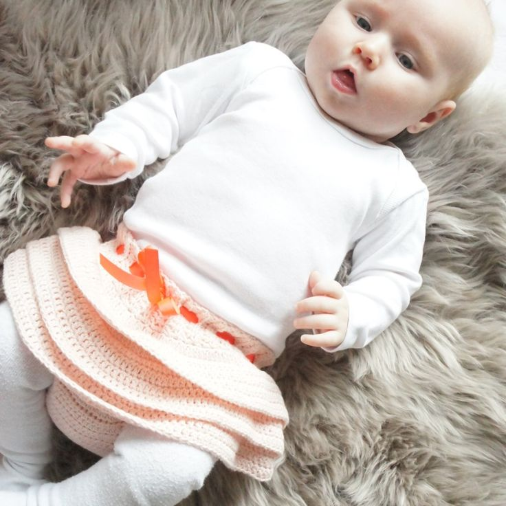 Opskrift på det sødeste lille hæklede skørt til baby.