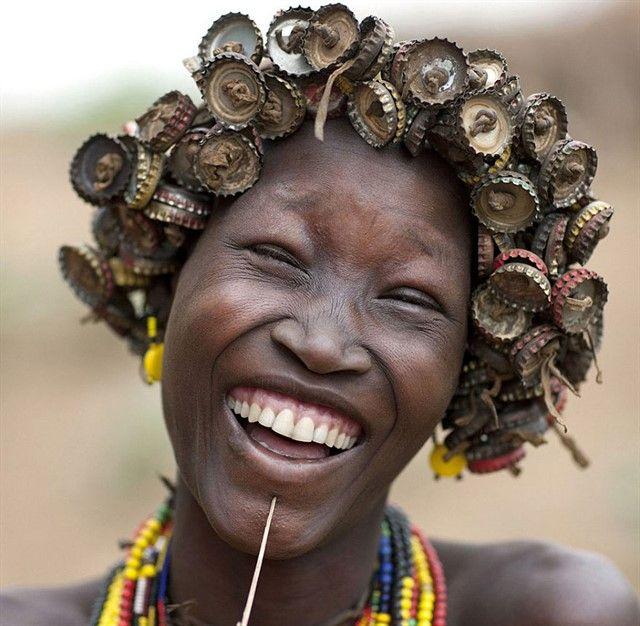 Украшения эфиопских племен-1.Эфиопские племена, живущие в долине реки Омо, стали использовать для украшения своих причесок и головных уборов мягко говоря необычные материалы. Если быть точным, этими материалами стали отходы нашей европейской цивилизации. Это бэушные пробки и крышки от бутылок и жестяных банок, старых выброшенных на помойку цепочек и браслетов от часов, заколок и пластиковых карточек.