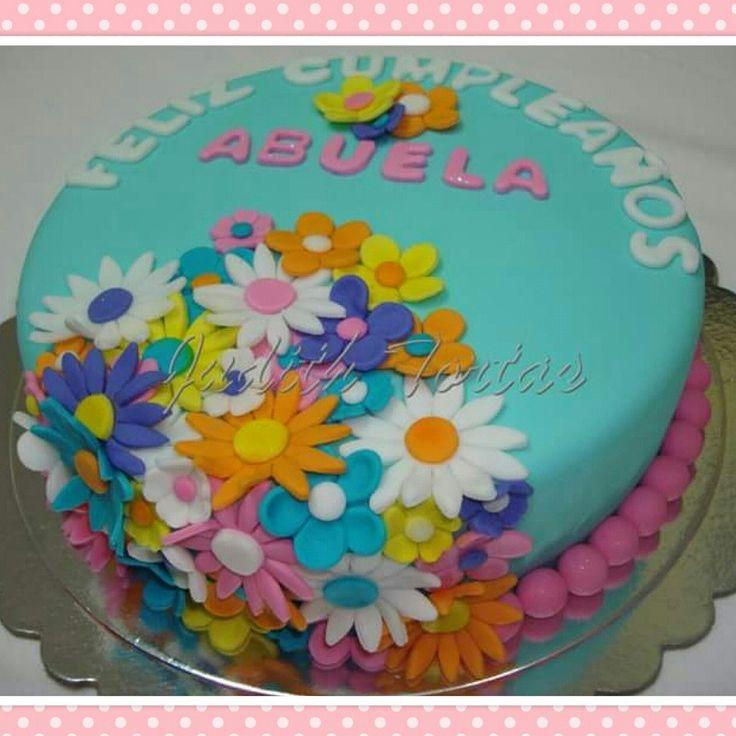 Esta tierna torta floral, decorada con fondant, flores hechas en fondant.