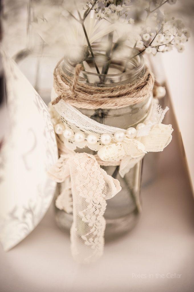 Einmachgläser selbst gestalten. Spitze. Perlen. Jutestoff und -garn. Fertig ist das Teelicht oder die Blumenvase.